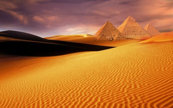Desert.Pyriamids